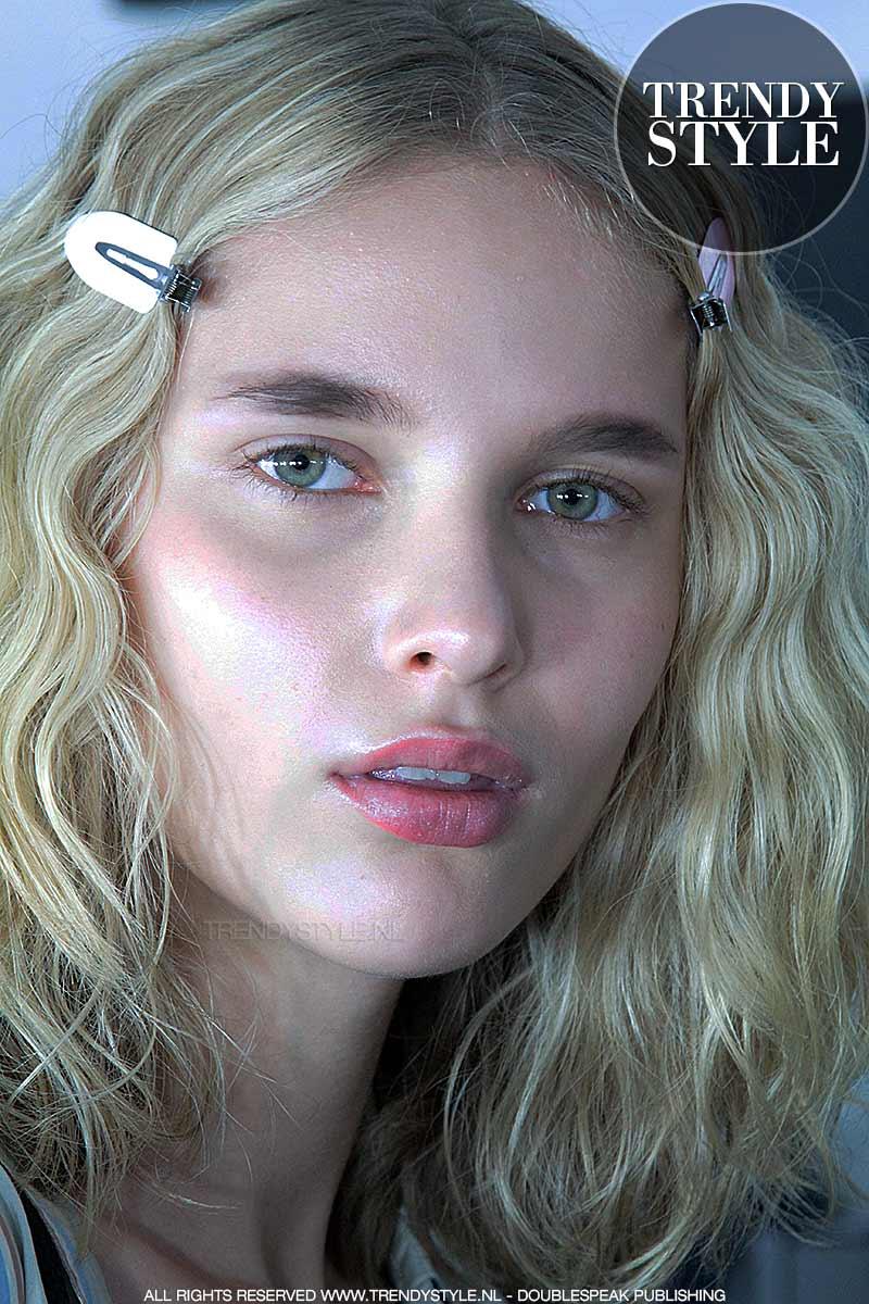 Korte rechte wenkbrauwen bij Vionnet lente zomer 2018, make-up: Pablo Rodriguez