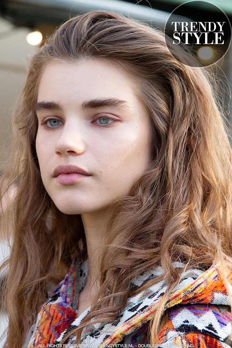 Make-up trends lente zomer 2020. Jongensachtige wenkbrauwen