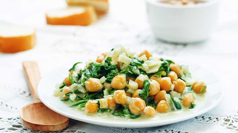 Winter salade van jonge bladspinazie en kikkererwten