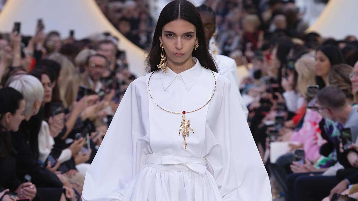 Modetrends zomer 2020. Witte jurken, witte bermuda's, witte blousons
