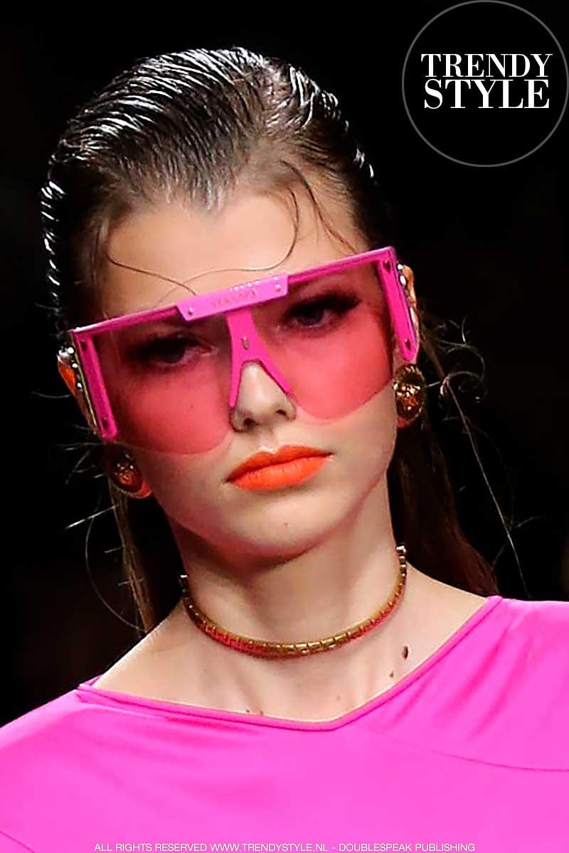 Zonnebrillentrends zomer 2020. Gekleurde monturen en glazen.