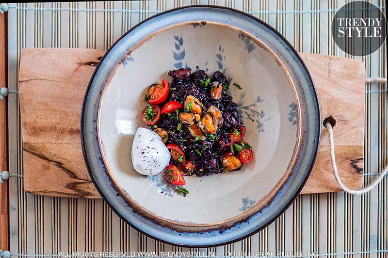 Kookrecept. Zwarte risotto met mosselen en burrata